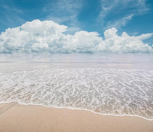 Paesaggio della spiaggia, krabi thailandia. Foto Premium