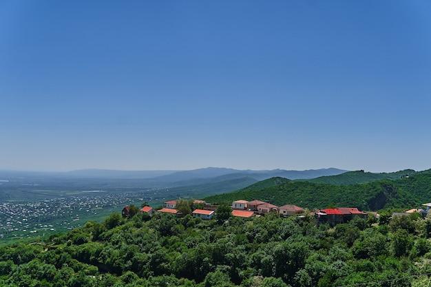 Paesaggio della bellissima valle alazani verde nella regione di kakheti, georgia