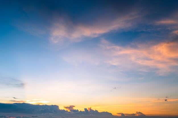 Bello fondo del cielo di tramonto del paesaggio