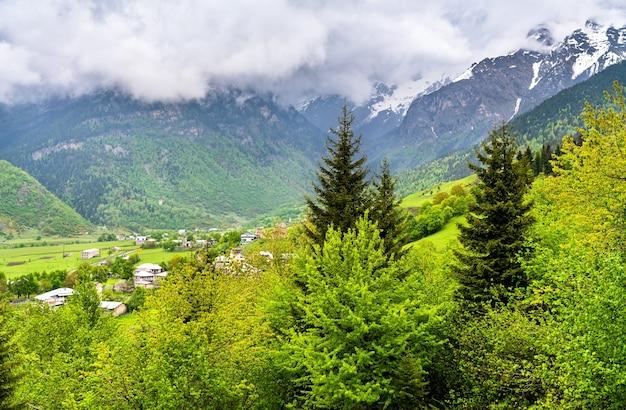 Paesaggio delle montagne del caucaso in georgia