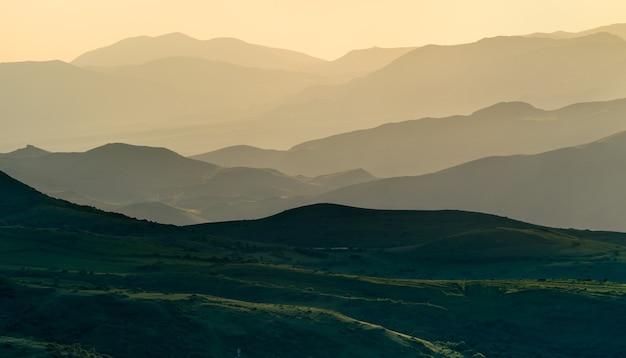 Paesaggio delle montagne del caucaso al passo vorotan in armenia