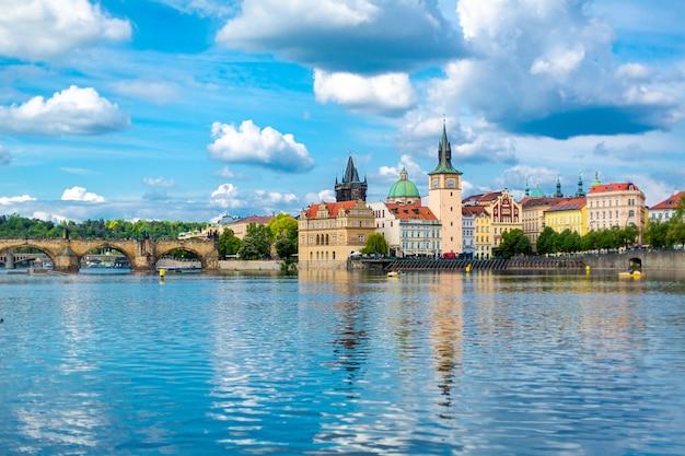 Il paesaggio della città di praga vista dal fiume moldava sull'antica architettura della città.