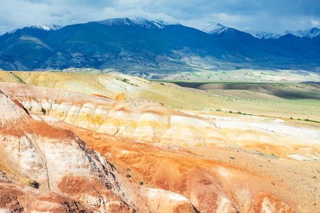 Paesaggio di montagne colorate nel sud della repubblica dell'altaj