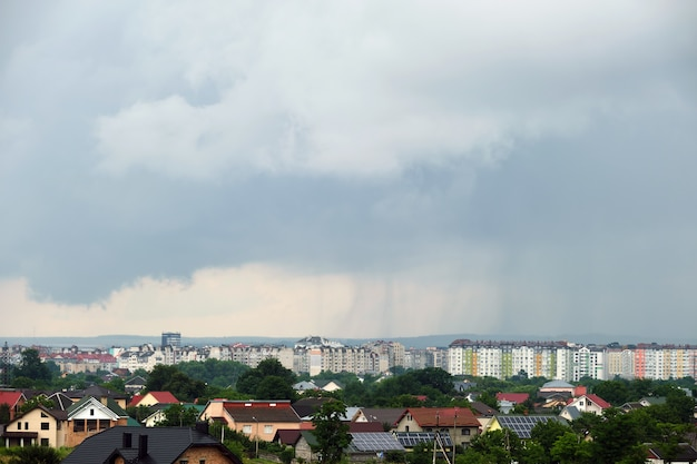 Paesaggio di nuvole scure che si formano sul cielo tempestoso durante il temporale sopra l'area rurale della città.