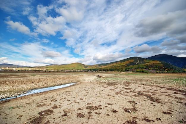 Paesaggio di un campo asciutto in montagna