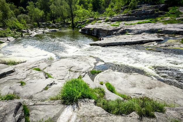 Paesaggio di fiumi di montagna veloci e grandi rocce