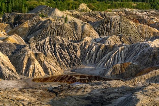 Paesaggio - un frammento di una cava di estrazione di caolino con bei pendii con tracce di ruscelli