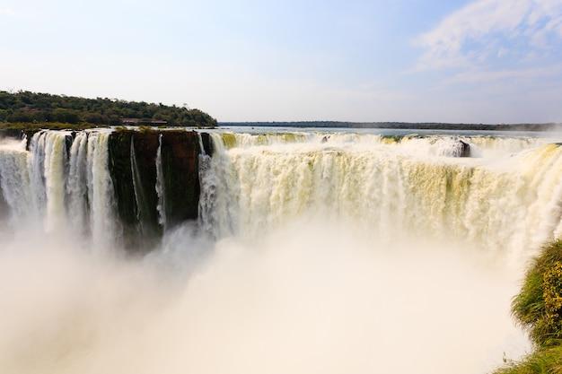Paesaggio dal parco nazionale delle cascate di iguazu, argentina. sito del patrimonio mondiale. viaggio avventura in sud america