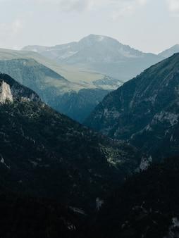 Paesaggio alte montagne nebbia nuvole natura aria fresca