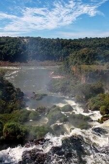 Il paesaggio è una cascata di grandi e belle cascate di iguazu a puerto iguazu, in argentina
