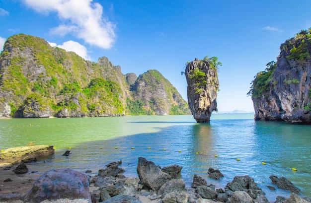 Il paesaggio dell'isola di james bond per un viaggiatore sulla spiaggia tropicale di phang nga bay thailand
