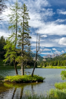 Paesaggio sul lago di misurina nelle dolomiti italiane