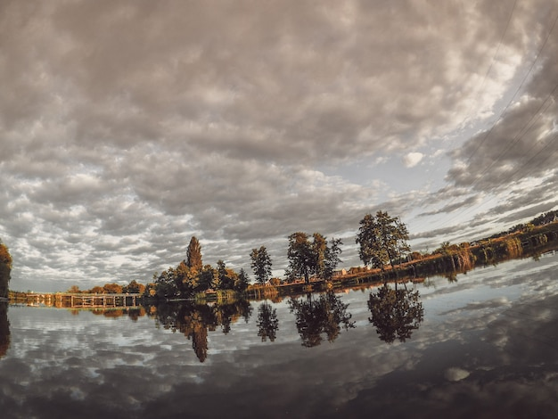 Ormeggio del lago di paesaggio che riflette il cielo dello specchio