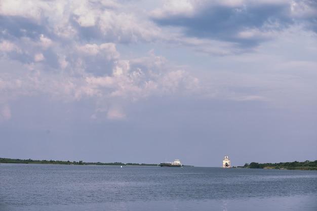 Lago di paesaggio. consistenza dell'acqua. il lago è all'alba. la foce del fiume alla confluenza del lago.