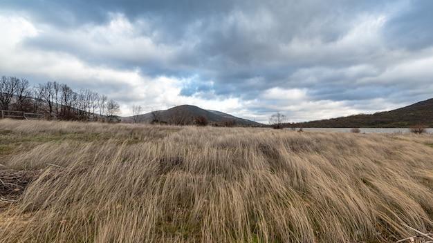 Paesaggio del bacino idrico di lozoya in una giornata nuvolosa e ventosa