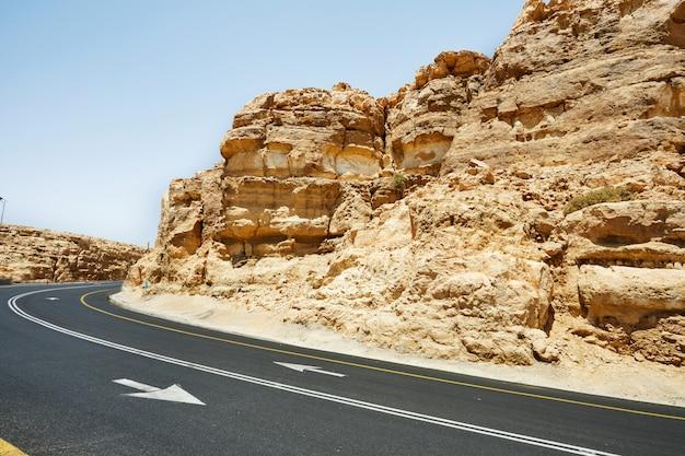 Paesaggio mahtesh - ramon crater, nel deserto del negev, nel sud di israele