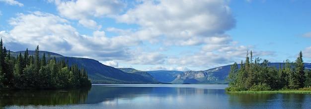 Paesaggio di un lago di montagna