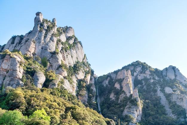 Paesaggio della montagna montserrat con rocce vicino a barcellona, spagna