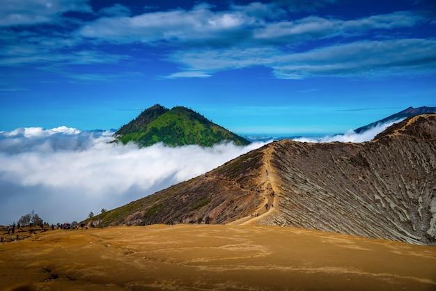 Il paesaggio della quantità di montagne nebbia nel vulcano kawah ijen, java, indonesia.