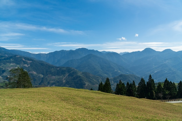 Abbellisca in montagne e nel cielo blu con le nuvole