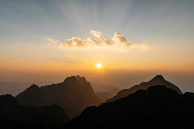 Il paesaggio di montagne, nuvole con raggi di sole e tramonto vicino al tramonto di doi luang, chiang dao, chiang mai, thailandia.
