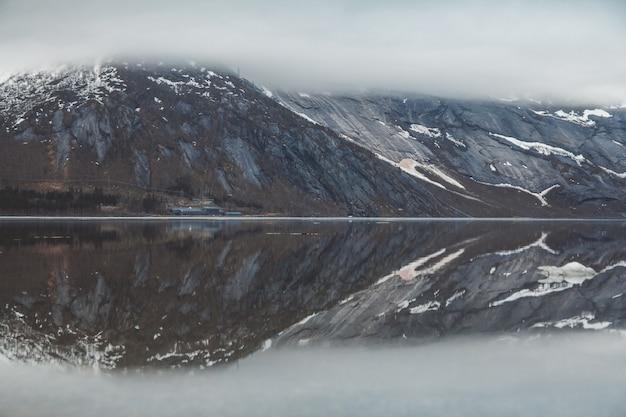 Paesaggio di montagne e lago che gode del paesaggio. concetto di stile di vita di viaggio.