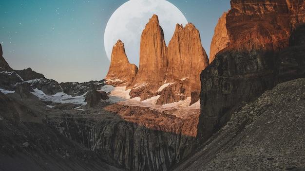 Paesaggio di montagne con la grande luna