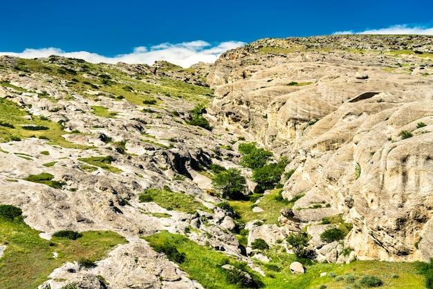 Paesaggio vicino a uplistsikhe, un'antica città scavata nella roccia in georgia