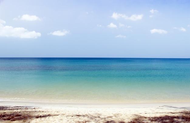 Spiaggia dell'oceano di paesaggio per rilassarsi sulla spiaggia nessuno