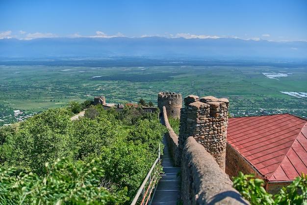 Paesaggio della vecchia fortezza che si affaccia sulla famosa valle georgiana di alazani a sighnaghi città dell'amore, regione di kakheti, paese della georgia