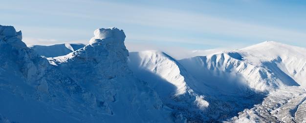 Panorama del paesaggio sulle montagne in inverno. giornata gelida. carpazi, ucraina