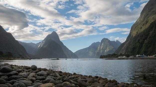 Foto del paesaggio del fiordo con alte vette milford sound parco nazionale di fiordland nuova zelanda