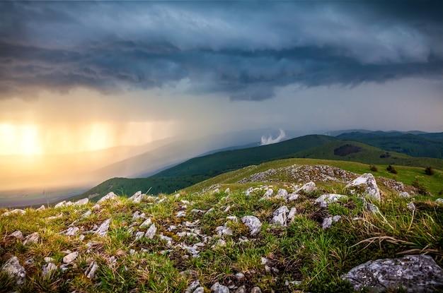Foto di paesaggio di pioggia in montagna.