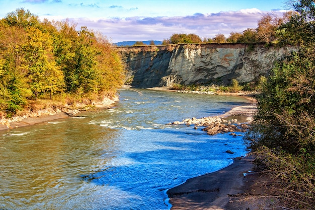 Paesaggio di un fiume che scorre in un profondo burrone