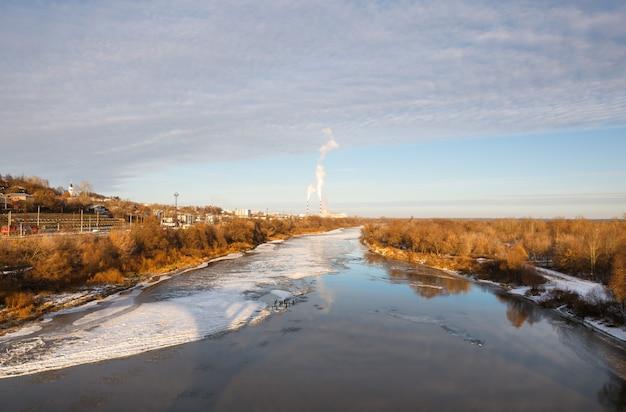 Paesaggio sul fiume vicino alla città in una gelida giornata