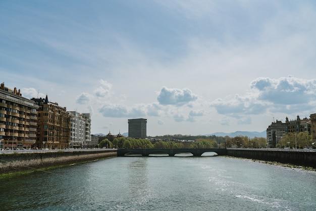 Paesaggio del fiume nella città della spagna di san sebastian