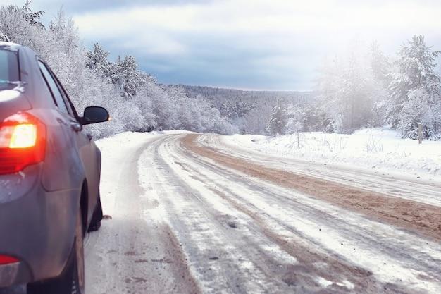 Strada paesaggistica nella foresta invernale con natura selvaggia innevata