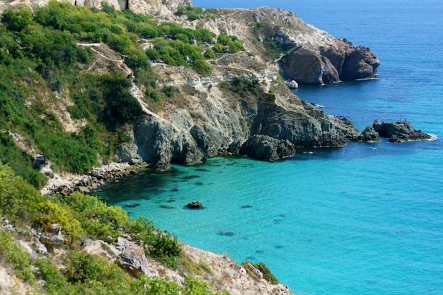 Il paesaggio della costa rocciosa del mar nero.