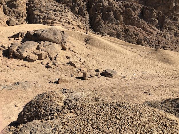 Abbellisca le montagne sabbiose, nel deserto dell'egitto.