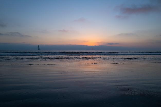 Paesaggio di mare e spiaggia tropicale bellissimo paesaggio marino natura viaggi e vacanze copia spazio