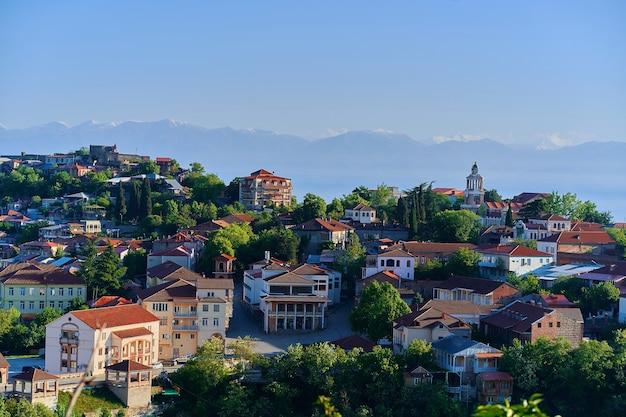 Paesaggio della città di sighnaghi. piccola bella turistica la città dell'amore con le case del tetto di tegole rosse nella regione di kakheti, georgia