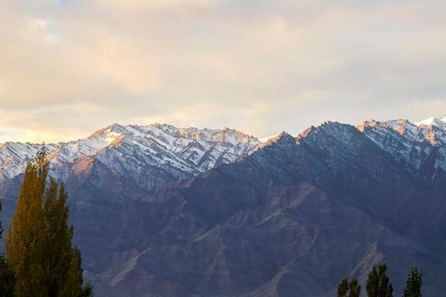 Paesaggio di neve e nuvoloso sulla catena montuosa dell'himalaya, leh ladakh, parte settentrionale dell'india