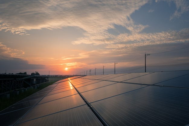 Paesaggio della fattoria solare al tramonto