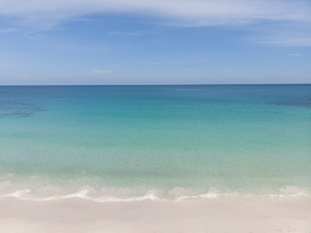 Paesaggio della spiaggia e del mare di estate in tailandia