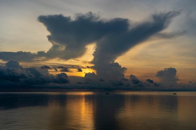 Abbellisca l'alba sull'isola di phu quoc, vietnam. concetto di viaggio e natura. cielo mattutino, nuvole, sole e acqua di mare
