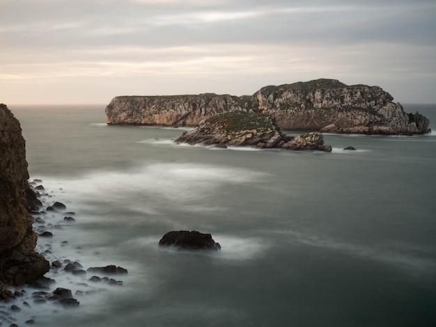 Paesaggio al tramonto della isla de los conejos a miengo, cantabria, spagna.