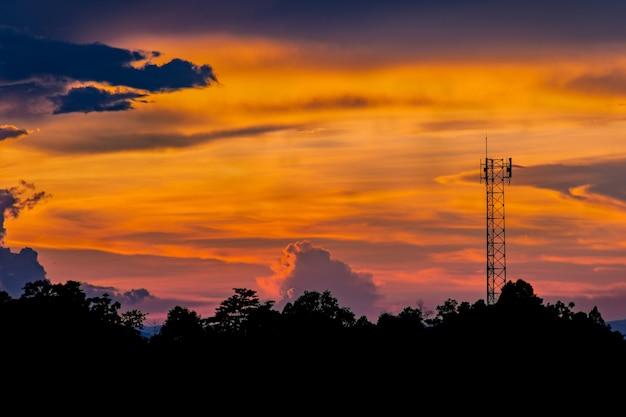 Paesaggio tramonto silhouette e antenna