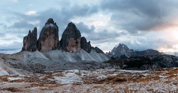 Paesaggio di tre cime delle maestose montagne tre cime al mattino con cielo sereno. foto panoramica