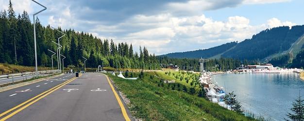 Vista panoramica della pista ciclabile e solo per i pedoni. segnale stradale della pista ciclabile lungo la località di soggiorno del lago della foresta di montagna.