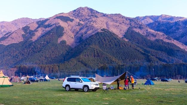 Vista del paesaggio campeggio e montagna in giappone